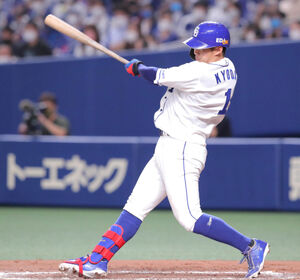 8回1死満塁、京田陽太は追加点となる右前適時打を放つ