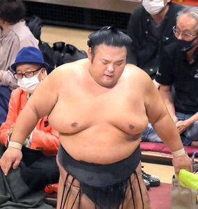 初日から3連敗を喫した貴景勝。肩を落とし土俵を後にした(カメラ・森田 俊弥)