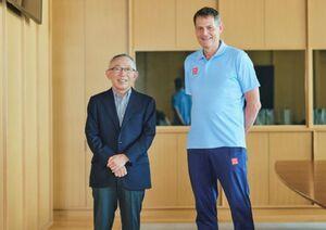 株式会社ユニクロの有明本部で笑顔を見せる、スウェーデンオリンピック委員会の ピーター・レイネボCEO(右)と、株式会社ファーストリテイリングの柳井正・代表取締役会長兼社長 。(ユニクロPR事務局提供)