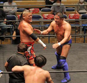新日本プロレス提供の第5試合でタッグマッチで戦った永田裕志(右)と天山広吉(左)(カメラ・泉 貫太)