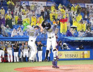 9回1死一、二塁、マルテが左中間に同点3ランを放ち、筒井コーチ(左)と歓喜のハイタッチ(カメラ・岩崎 龍一)