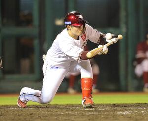 5回1死一塁、投前に送りバントを決める太田光
