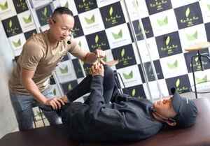 大迫傑氏(右)は五味トレーナーから施術を受ける