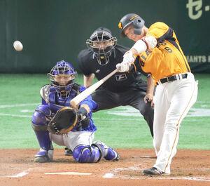 6回無死、右越えにソロ本塁打を放つ坂本勇人
