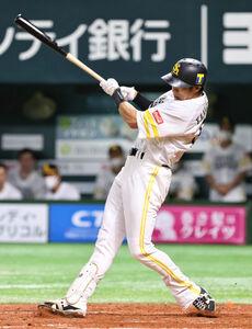 3回2死二塁、柳田悠岐が右中間2ラン本塁打を放つ