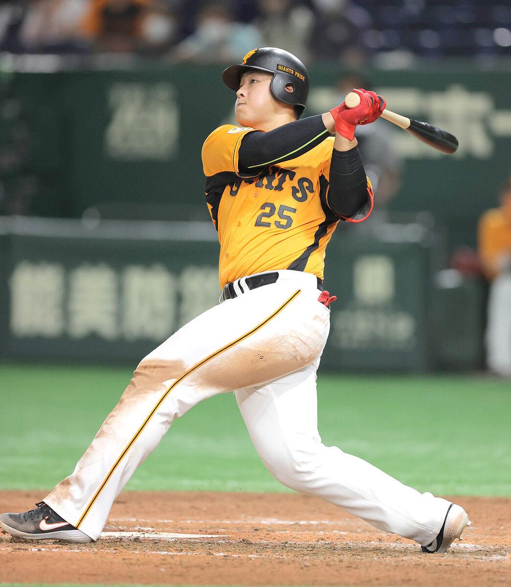 8回1死、岡本和真が左越えソロ本塁打(カメラ・相川 和寛)
