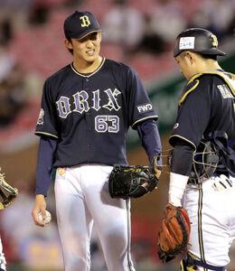 5回2死二、三塁、降板を告げられ悔しそうな表情を見せる先発投手の山崎颯一郎
