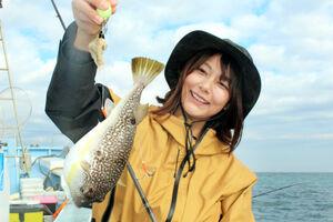 由梨ちゃんが釣り上げた20センチオーバーのショウサイフグ。引きが強く面白さは抜群だ(松栄丸で)