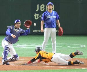 9回1死満塁、岡本和真の左犠飛で生還する三塁走者・八百板卓丸(下、奥は投手・三嶋一輝、捕手・山本祐大)