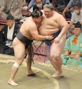 霧馬山(左)が逸ノ城を寄り切りで破り4連勝(カメラ・森田 俊弥)