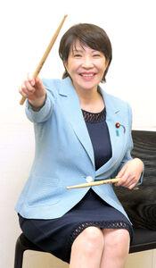 学生時代ヘビーメタルバンドのドラマーだった高市早苗氏はドラムスティックさばきを披露(カメラ・堺恒志)
