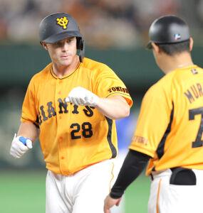 9回無死、中前安打を放ち村田修一コーチ(右)とグータッチをするハイネマン