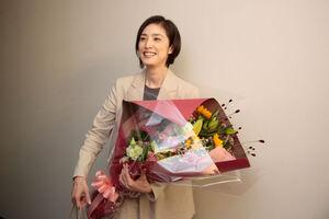 花束を手に笑顔の天海祐希(c)テレビ朝日