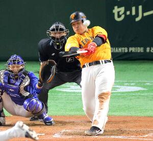 8回1死、左越えソロ本塁打を放つ岡本和真(カメラ・山崎 賢人)