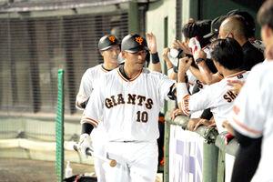 ナインとハイタッチする逆転本塁打を放った中田翔