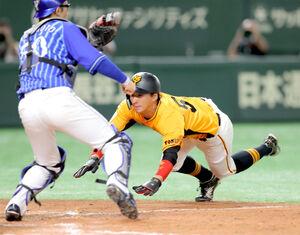 9回1死満塁、岡本和真の左犠飛で三塁から生還する八百板卓丸(カメラ・中島 傑)