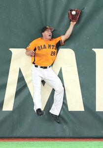 9回2死満塁、宮﨑敏郎の右飛を好捕したハイネマン(カメラ・相川 和寛)