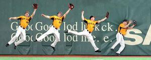 5回無死、佐野恵太の右飛の打球を好捕するハイネマン(連続写真=カメラ・中島 傑)