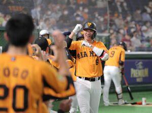 4回無死一塁、中越え2ラン本塁打を放ち「ワッショイ!」ポーズをする坂本勇人(カメラ・中島 傑)