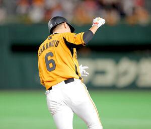 4回無死一塁、中越え2ラン本塁打を放ち、一塁を回る時にガッツポーズをする坂本(カメラ・中島 傑)