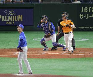 4回無死一塁、14号2ランを放つ坂本(カメラ・山崎 賢人)