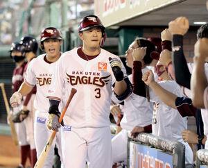 7回1死二塁、右中間スタンドに13号2ラン本塁打を放ち、ナインとタッチを交わす浅村栄斗(カメラ・関口 俊明)