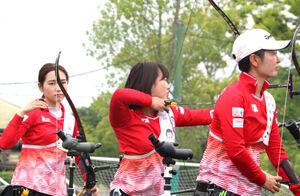 日本代表のユニフォームを着て5月の全日本ターゲット大会に臨んだ渡辺(中央)と山内(左)、杉本(右)