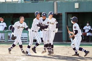 札幌大谷戦の3回裏、逆転の満塁本塁打を放った東海大札幌の門別啓人投手(左から2人目)は、仲間の祝福に笑顔をみせる