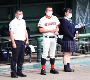 ベンチ前に整列する日大東北・吉田翔監督(中央)