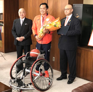 東北福祉大を表敬訪問した藤本(中央、左は千葉公慈学長、右は高橋英寛理事長)