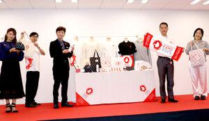 大阪・関西万博公式ライセンスグッズ発表会でグッズをPRする(左から)福本愛菜、おいでやす小田、後藤輝基、井上信治国際博覧会担当大臣、ゆりやんレトリィバァ