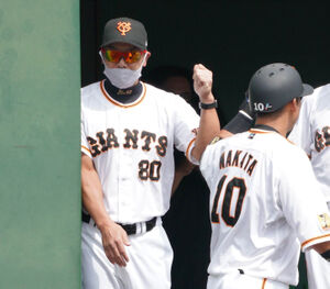 5回無死、本塁打を放った中田翔を迎える阿部慎之助監督(左)