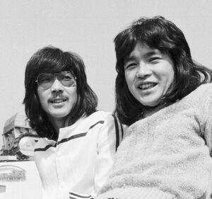 伊勢正三(左)と大久保一久さん(1975年3月)