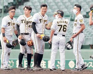 勝利後、笑顔でファンにあいさつする佐藤輝明(中央)