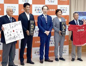 内堀福島県知事(左から3人目)を表敬訪問した侍ジャパン稲葉監督(左から2人目)とソフトボール日本代表宇津木監督(左から4人目)