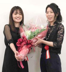 囲碁の藤沢里菜女流四冠(左)に花束を贈られる将棋の里見香奈女流王位