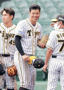 この試合2安打し、笑顔でファンにあいさつした佐藤輝