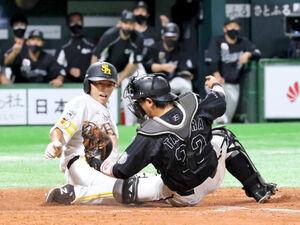9回2死二塁、川島の左前打で二塁走者・釜元豪が本塁を突くもタッチアウトとなり試合終了(捕手・田村龍弘)