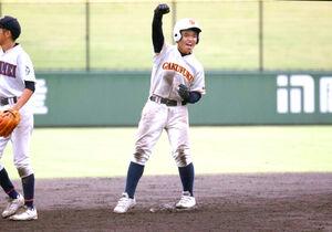 8回に逆転打を放ち、二塁ベース上でガッツポーズする学法福島・勝本悠仁