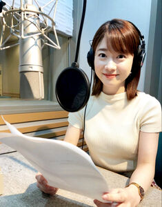 「CINEMA PACKET」で、工夫を凝らしながらナレーションを収録している飯田アナ