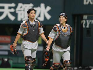 大城卓三(左)と小林誠司(カメラ・中島 傑)