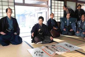 NHK大河ドラマ「青天を衝け」で侍たちに「コンパニー」(会社)の何たるかを教える渋沢栄一(左から2人目)