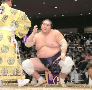 照ノ富士は琴ノ若を寄り切りで下し勝ち名のりを受ける (カメラ・小泉 洋樹)