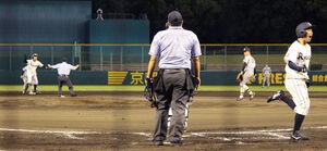 6回裏無死三塁、龍谷大は西尾(左奥)の中堅への二塁打で中村(右)が勝ち越しのホームイン