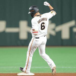 7回1死満塁、同点の適時二塁打を放ちガッツポーズをする坂本勇人
