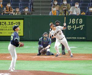 5回無死、左越えに今季4号となるソロ本塁打を放つ代打の北村拓己
