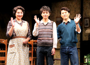主演舞台の初日を迎え意気込みを見せる佐藤勝利(左は母親役の松下由樹、右は兄役の入野自由)