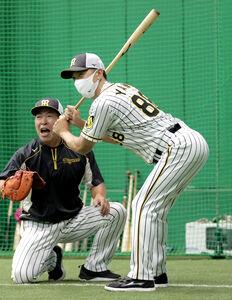 室内で行われた試合前練習で、ノックのストライク返球で打席に立つ矢野燿大監督