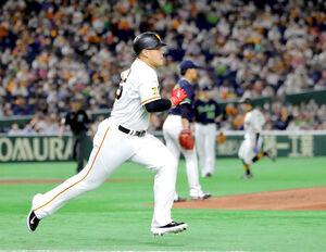 1回無死満塁、岡本和は高橋(後方)に遊ゴロ併殺打に打ち取られ逆転できず