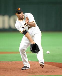 1回無死一塁、青木宣親から投手強襲安打を受けるメルセデス